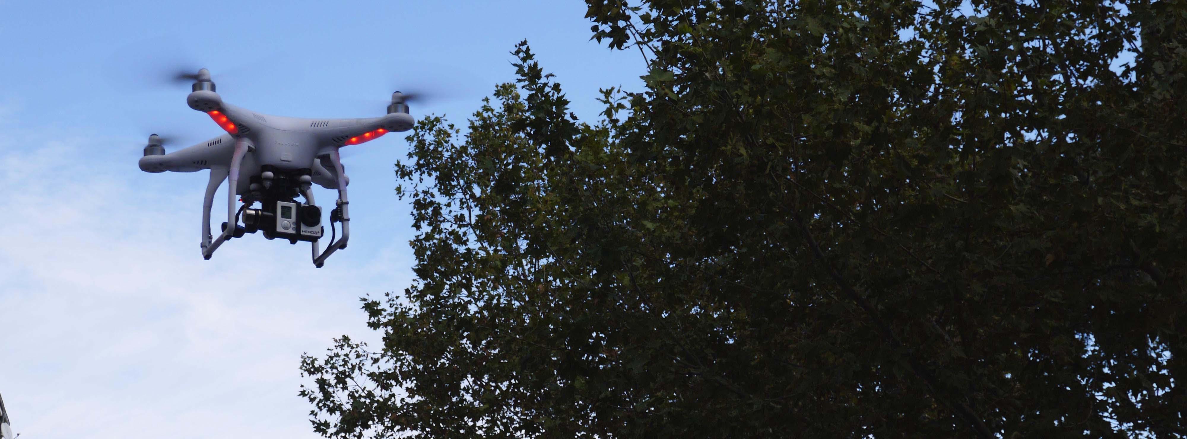 Equipo de filmacion aerea: 2 operadores para grabar imágenes aereas